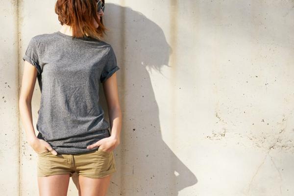 着るだけで上半身がスッキリ! 秋まで使える着やせTシャツって?