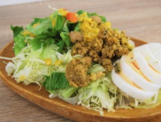「このおいしさで低糖質はヤバい!」RIZAP監修の「キーマカレー風サラダ」がファミマに登場