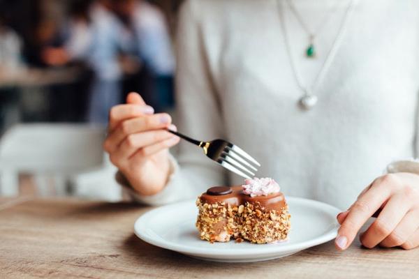 「お腹がいっぱいだけど食べてしまう…」心理を知って食べ過ぎ防止!