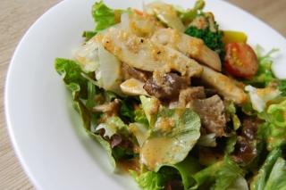 「なかなかイケる」きのこと野菜の見事な調和! 野菜のうまみが詰まった「きのこサラダ」が大好評