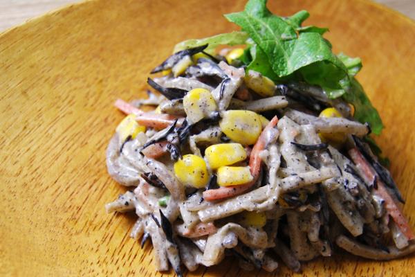 地味なサラダかと思ったら大間違い!? 黒胡麻のコクが魅力のファミマ新作「根菜サラダ」