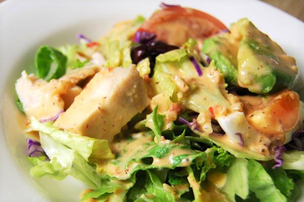 「サラダ史上1番うまい」ふわふわ食感のアボカドにハマる人続出!? 「アボカドとチキンのコブサラダ」