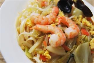 「やばい、やみつきになる!」「コリコリ」と「プリプリ」な食感を楽しめる「海老と野菜の太麺焼ビーフン」