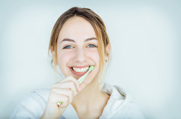 歯ブラシを水で濡らすのはNG!? 虫歯や歯周病を防ぐ「歯磨き」の正しいやり方