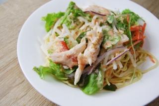 プチプチした魚卵がおいしい明太ソースで野菜を堪能!一味違うファミマの新作「パスタサラダ」