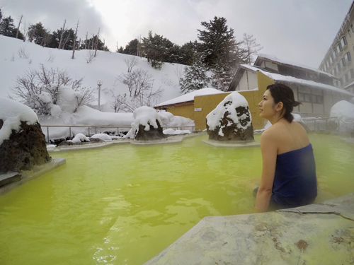 泉質によって色も異なる混浴の絶景・石庭露天風呂