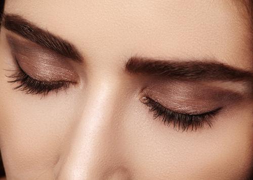 目と閉じた女性の画像