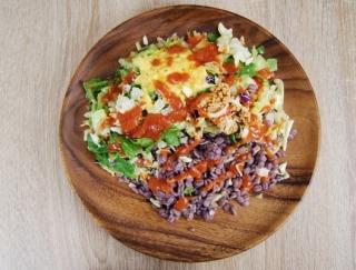 「マジでコク旨!」食物繊維が豊富な押麦入りで舌もお腹も満足する「オムライス風! 雑穀ボウルサラダ」