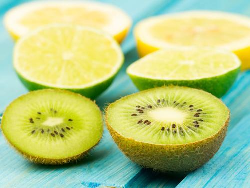 酸っぱそうなレモン、ライム、キウイ