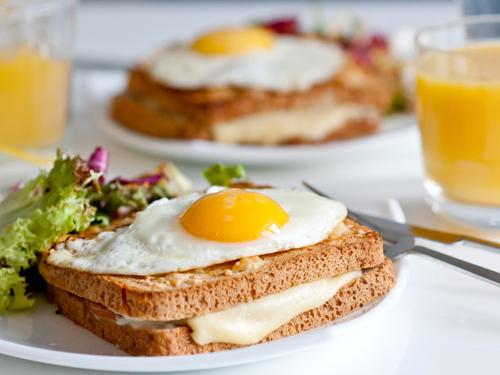チーズトーストの上に目玉焼きを乗せて朝ごはん風