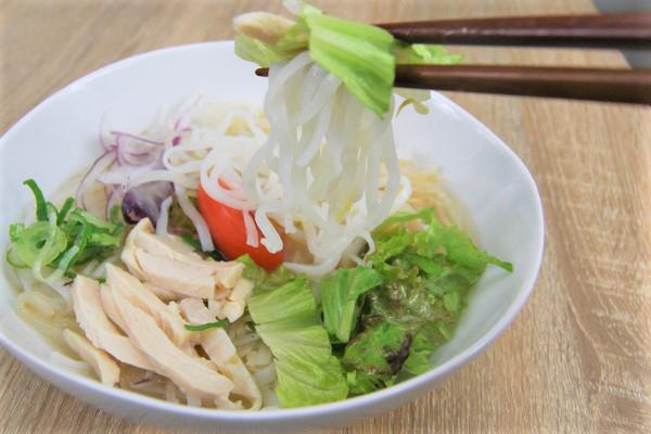 「蒸し鶏と野菜のフォー」メイン画像