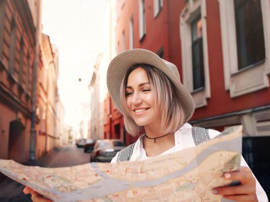 地図をみる女性