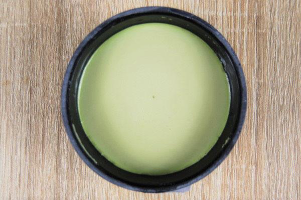 フタを開けた後の抹茶プリンの画像を真上から撮影