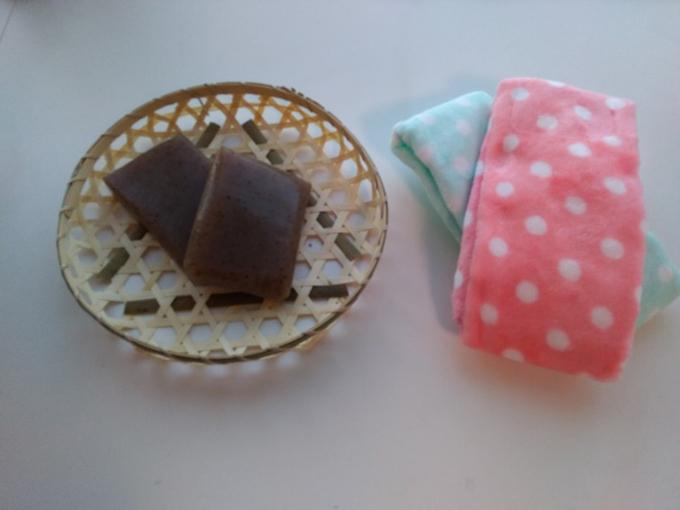 こんにゃく湿布に使う材料。こんにゃく2枚とタオル