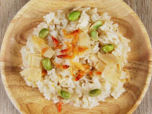 木皿の器に桜えびと筍ご飯が盛られている写真、真上から撮影
