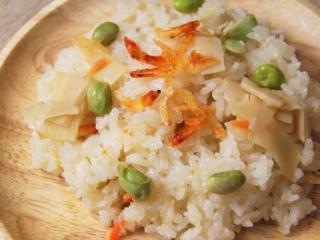 木皿の上に桜えびと筍ご飯、枝豆が盛られている
