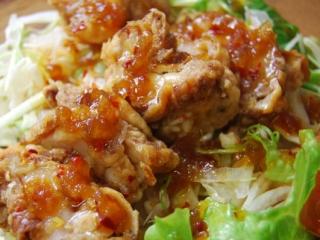 油淋鶏サラダが盛られたアップの写真
