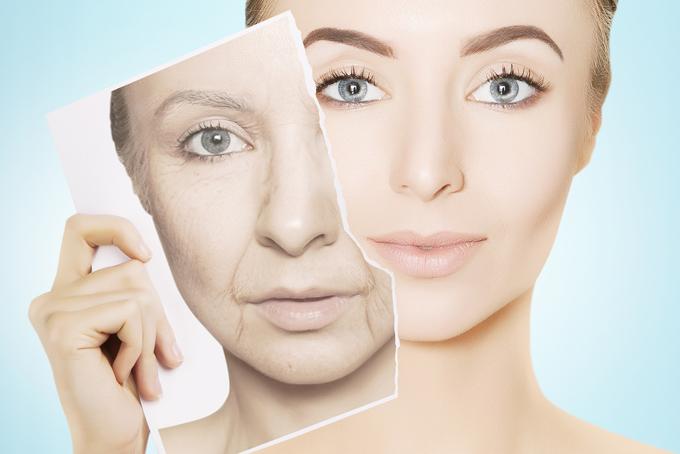 40代女性が自分の年老いた時の顔と比較しているイメージ