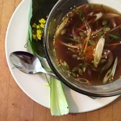 一杯飲むだけで健康に! 自宅でも作れる骨スープの魅力