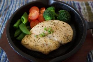 あのサラダチキンがアツアツ激ウマに。スキレットで10分でできる高コスパ&時短レシピ #Omezaトーク