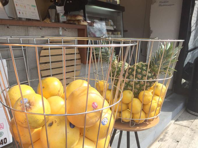カゴの中にはグレープフルーツ、レモン、パイナップル