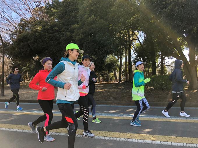ゆっくりとランニングする女性たち