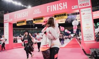 名古屋ウイメンズマラソンを完走して抱き合うふたり