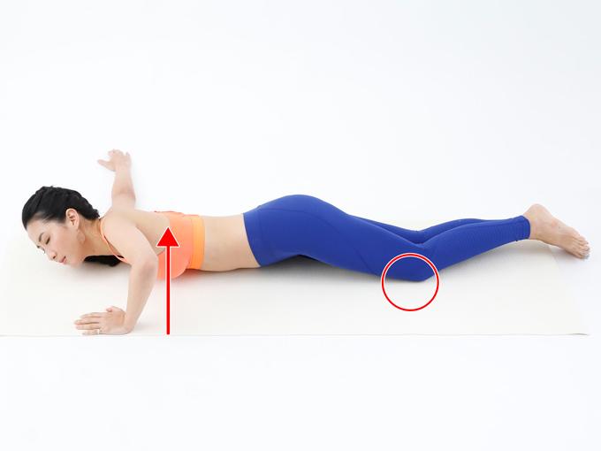 右肩を下にして、ゆっくりと体を横向きにしていきます。