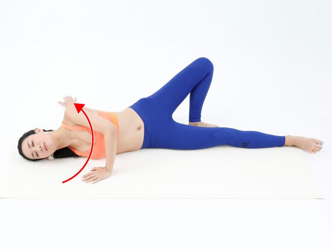 肩の前側が気持ちよく伸びるところまで横向きになり、そのまま脱力します。
