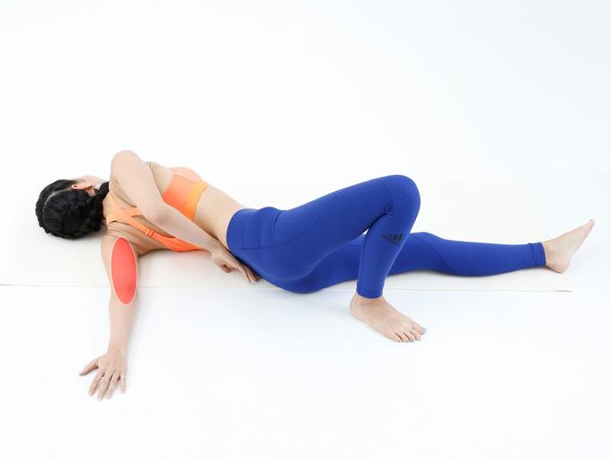 肩が気持ちよく伸びるところでストップ。痛く感じたら戻してください。