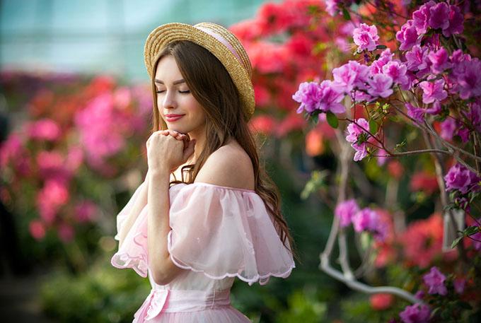 ピンク色の服を着た女性の画像