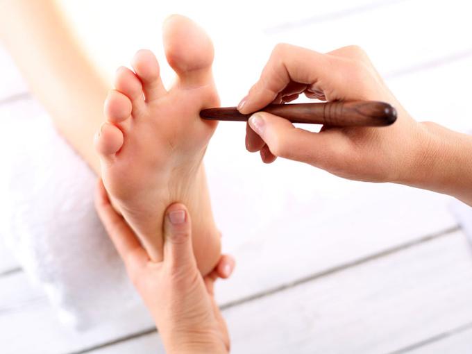 足ツボをする女性