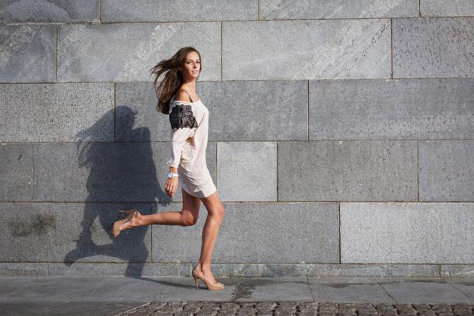 洋服で軽やかに走る女性