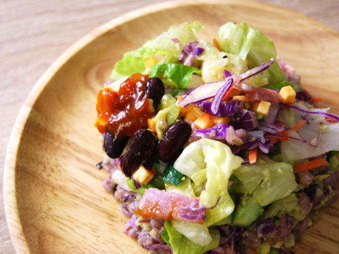 皿に乗った「スパイシーアボカドポテトサラダ」の画像