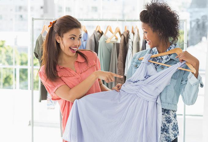 服を選ぶ女性の画像