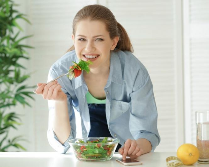 サラダを食べている女性の画像