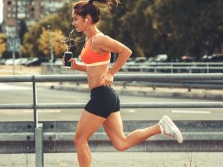 女性ランナーが走っている画像