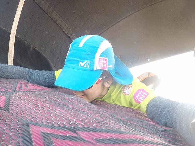 日蔭のテントに倒れ込むヤハラリカ