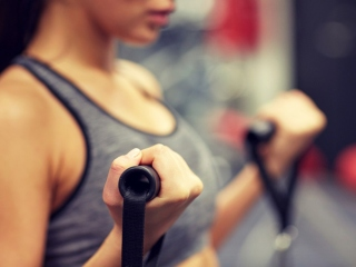 トレーニングをしている女性の手元