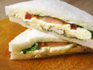 「マジで無敵のサンドイッチ」 セブンの新作「クリームチーズ&バジルチキン」に反響続出!
