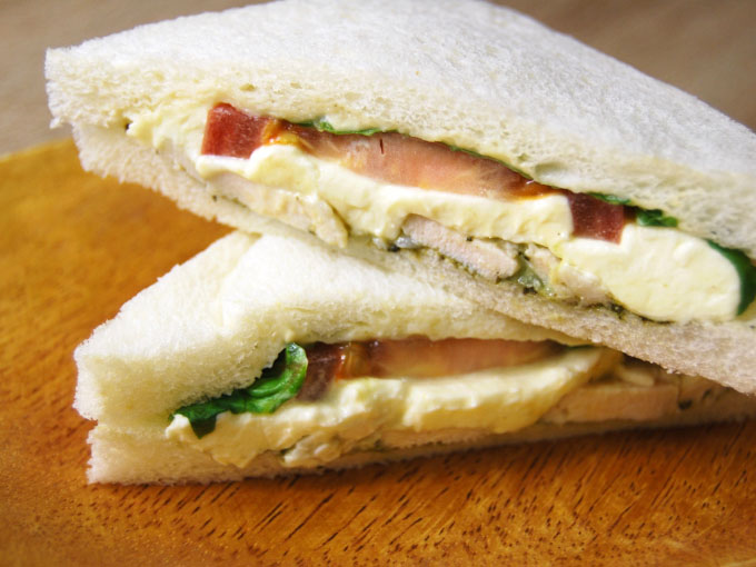 皿に乗った「クリームチーズ&バジルチキン187kcal」の画像