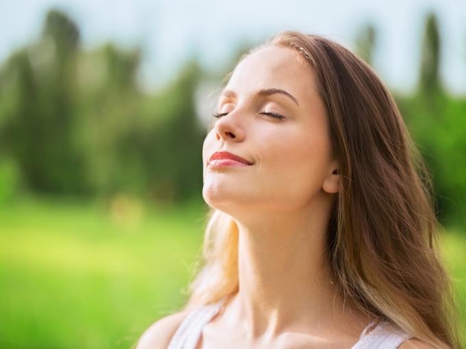 女性が深呼吸している画像