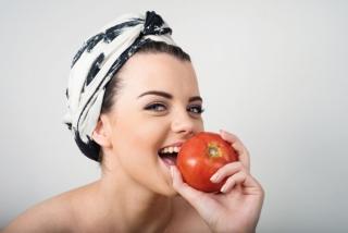 トマトをかじる女性