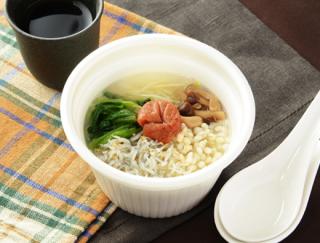 「生姜がスープの中でアクセントになっていておいしい!」 ローソン新作の「梅としらすのおかゆスープ」は風味豊かな味わい