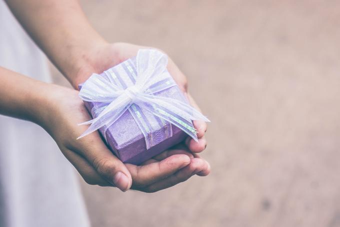 手にプレゼントを持っている