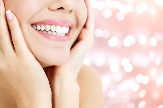 歯並びよく笑顔の女性