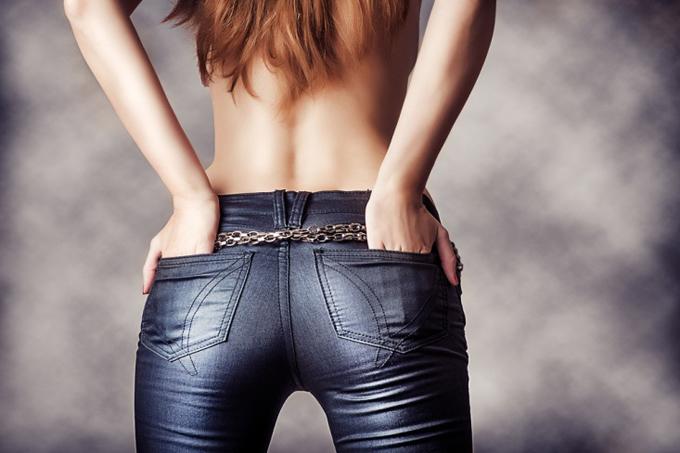 デニムの後ろポケットに手を入れる女性