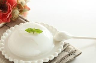 白い丸皿の上に白い寒天デザートが乗っている