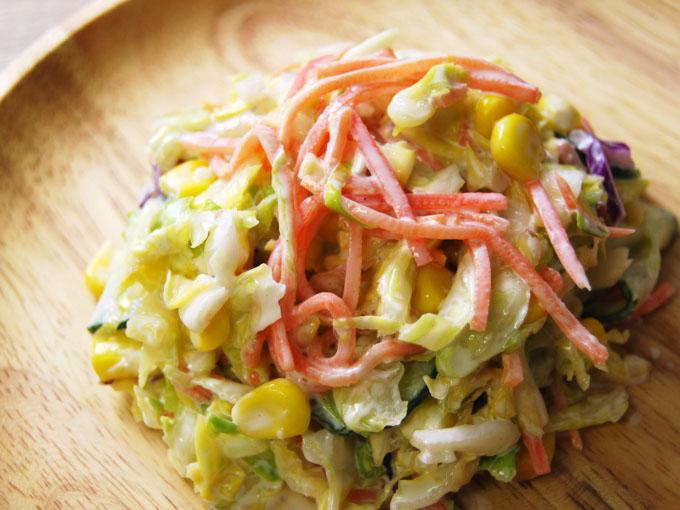 お皿に移した「春キャベツのコールスローサラダ」のアップ画像