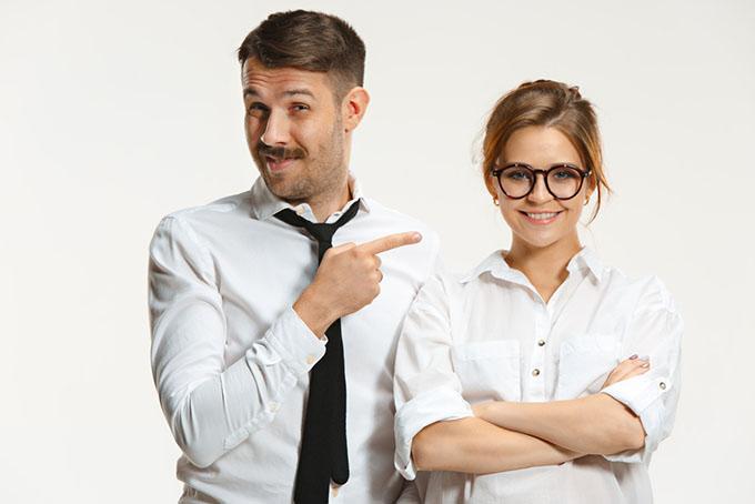 白いシャツを着ている女性と男性